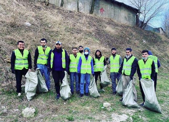 Мусульмане во время уборки мусора