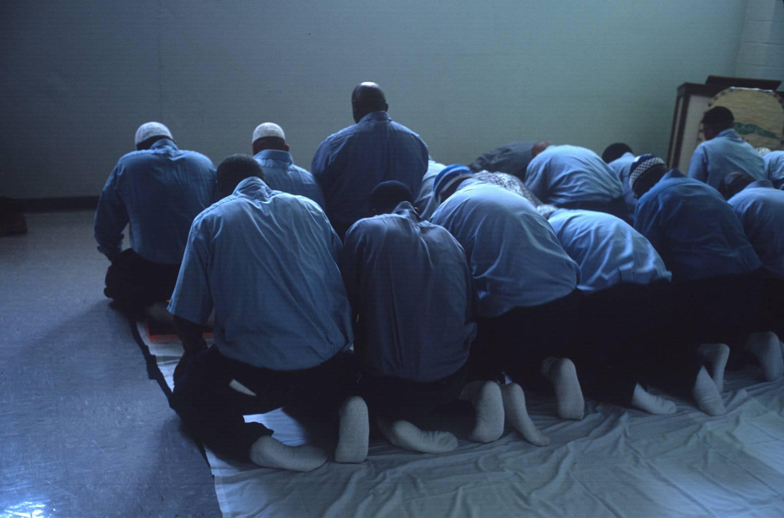 Молящиеся заключенные в США