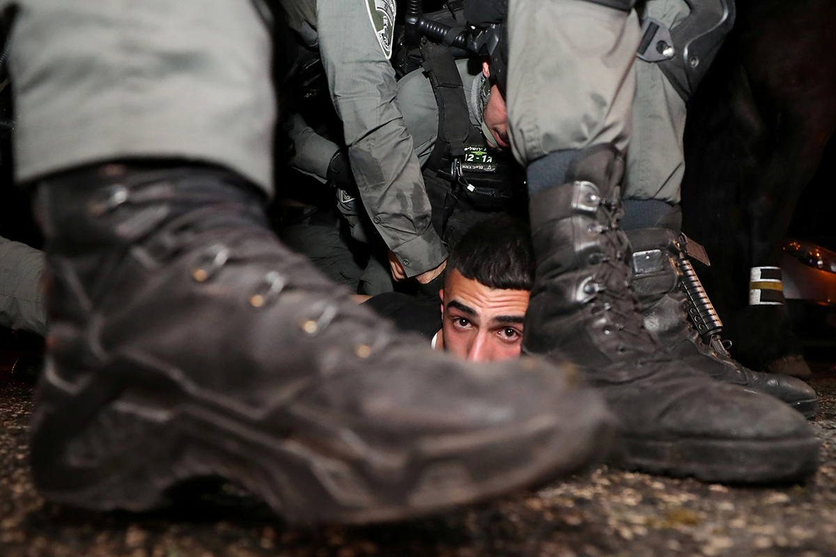 Израильские силовики задерживают палестинца в Иерусалиме