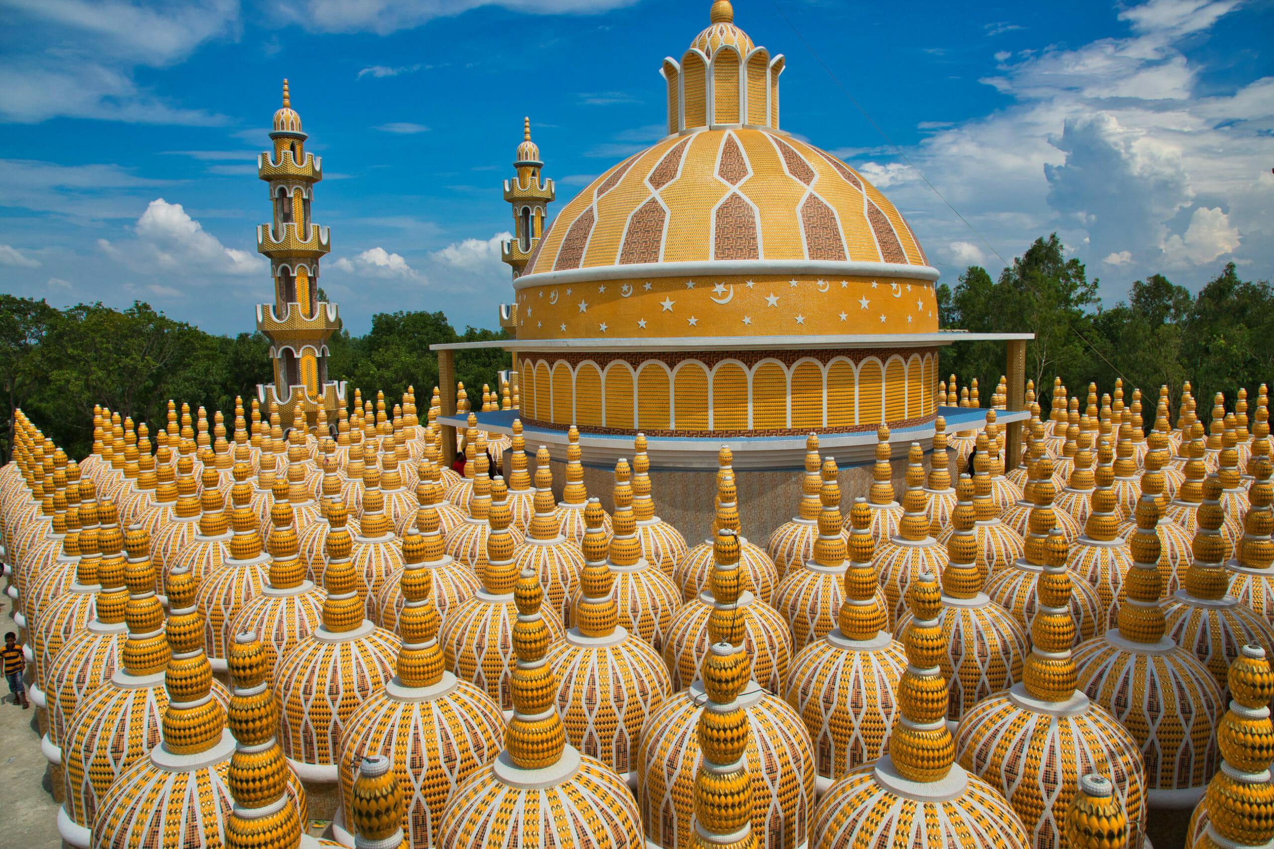 Мечеть с сотнями куполов в Тангайле