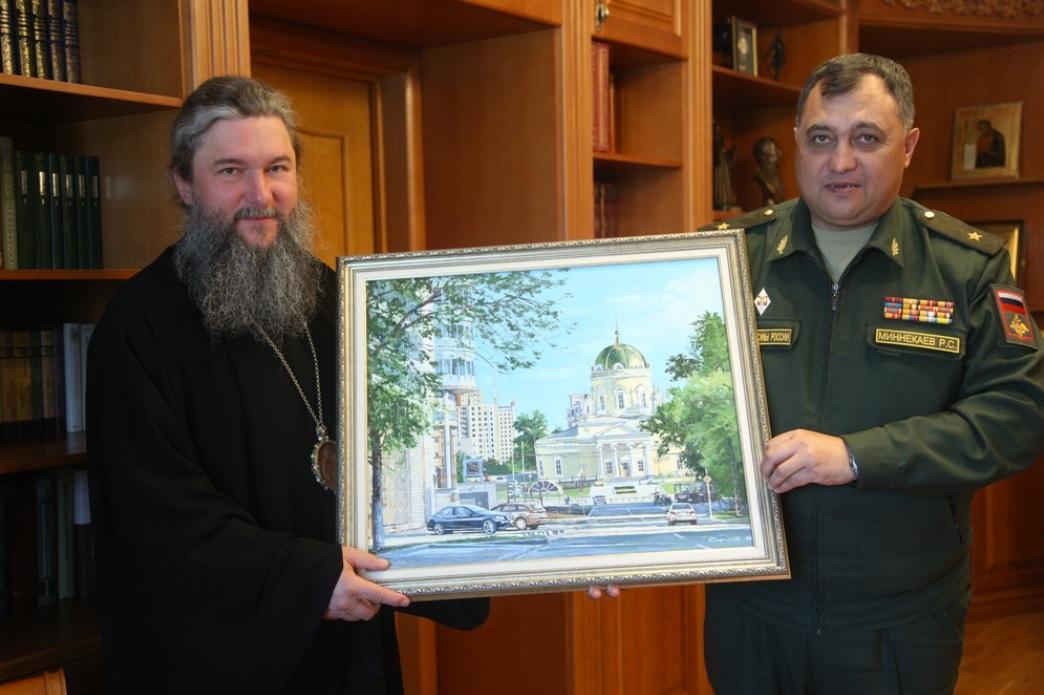 Митрополит Евгений и генерал-майон Миннекаев демонстриуют проект Главного храма ЦВО