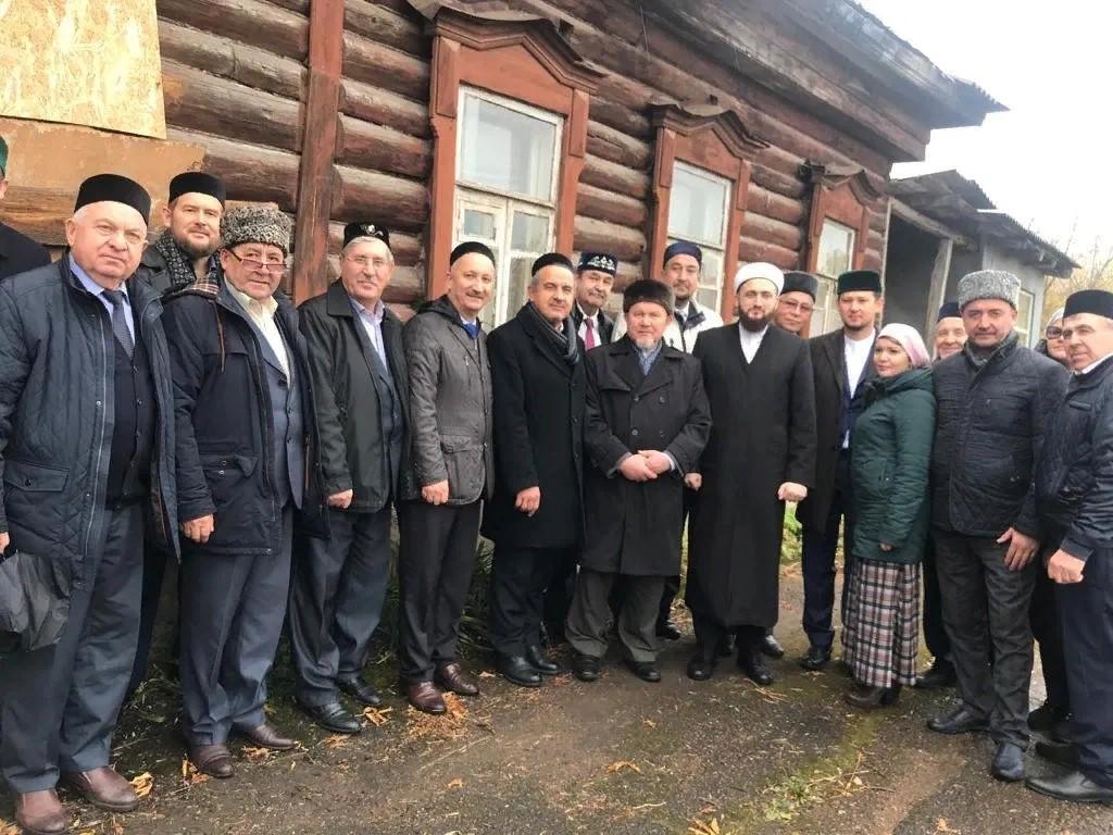 Татарская интеллигенция на фоне усадьбы Зия Камали в Уфе