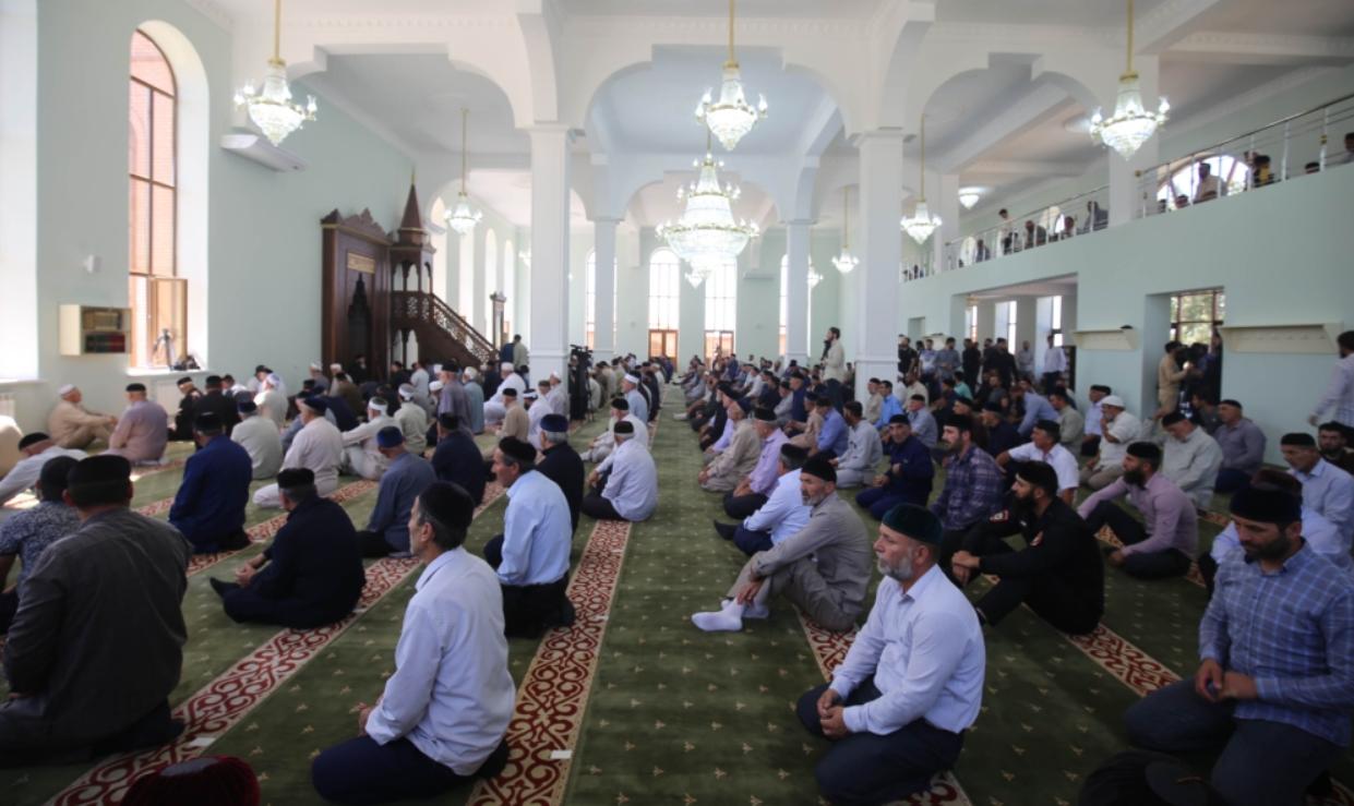 Молитва в новой мечети. Фото: Грозный-информ