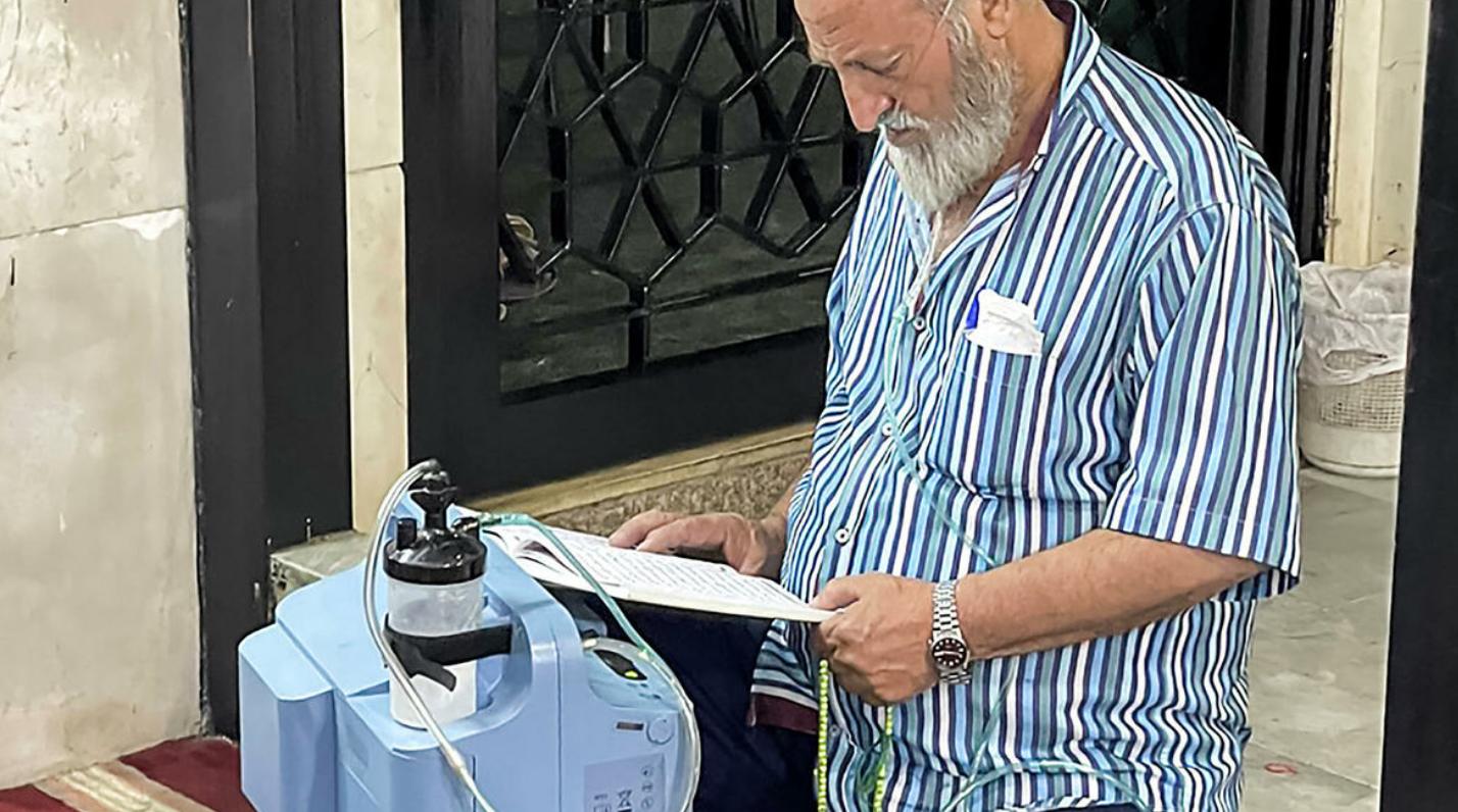 Прихожанин с кислородным аппаратом в мечети