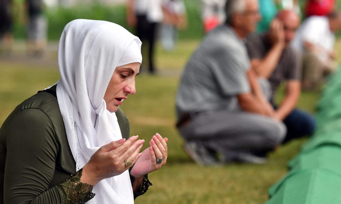 Боснийская мусульманка молится над гробом своего родственника