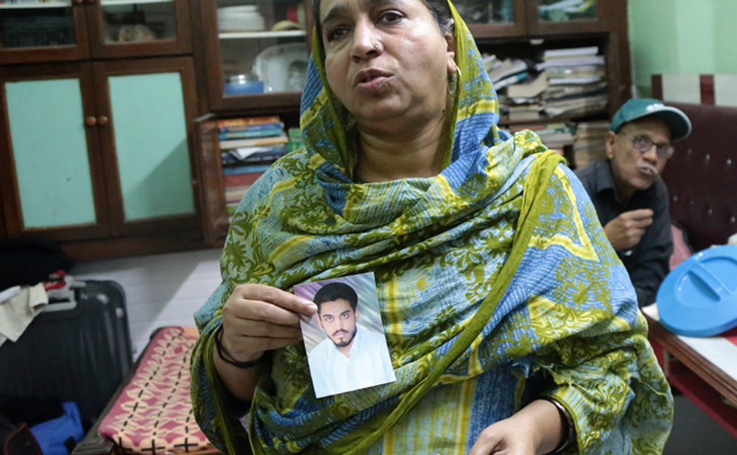 Фатима показывает фото сына