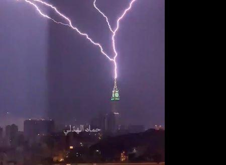 Во время удара молнии по башни в Мекке