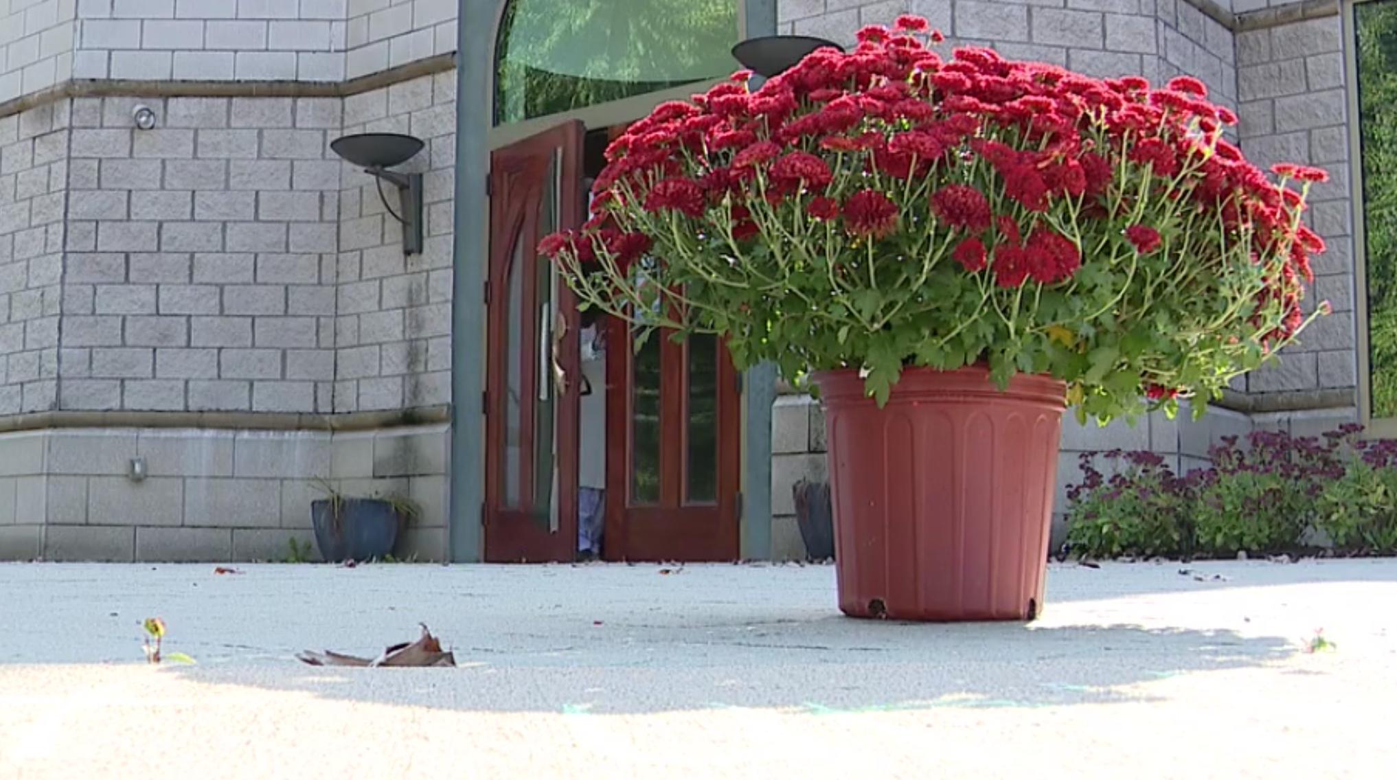 Корзина с цветами от доброжелателей мечети
